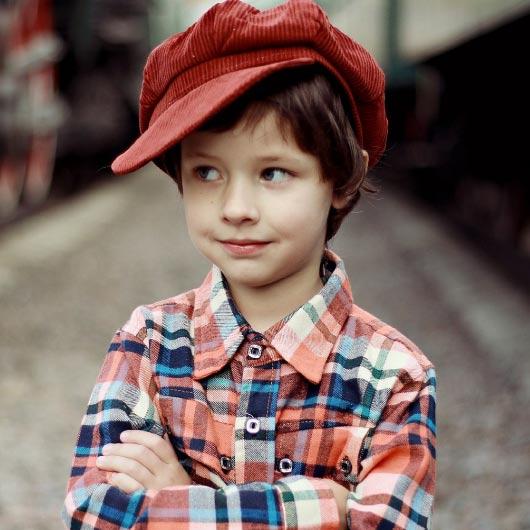 Chłopiec w czerwonej czapce, psycholog dziecięcy lublin, psycholog nfz lublin, okulistyka, POZ Lublin, https://e-okulistyka.pl